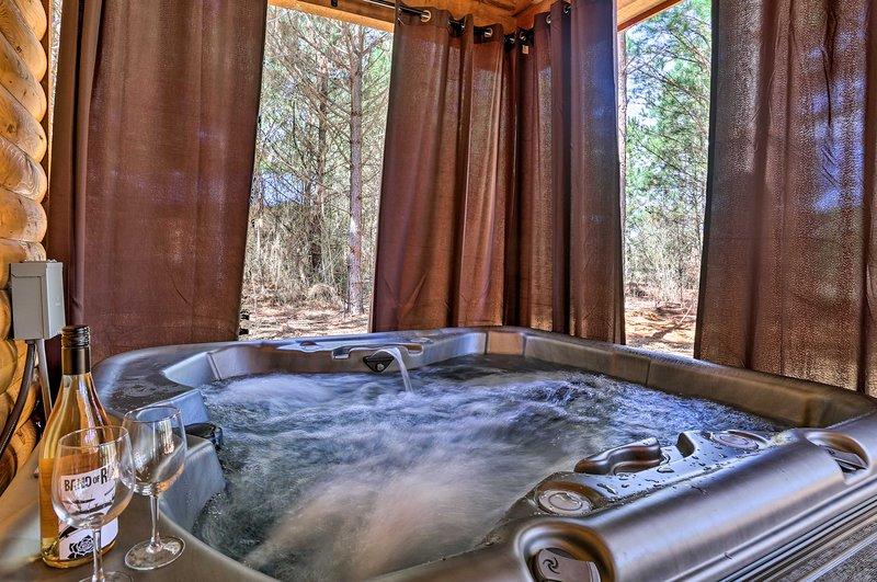 'The Breeze' Forested Oasis w/ Hot Tub & Deck!, aluguéis de temporada em McCurtain County