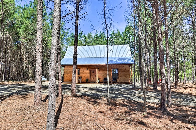 Your next Broken Bow getaway begins at this charming cabin.