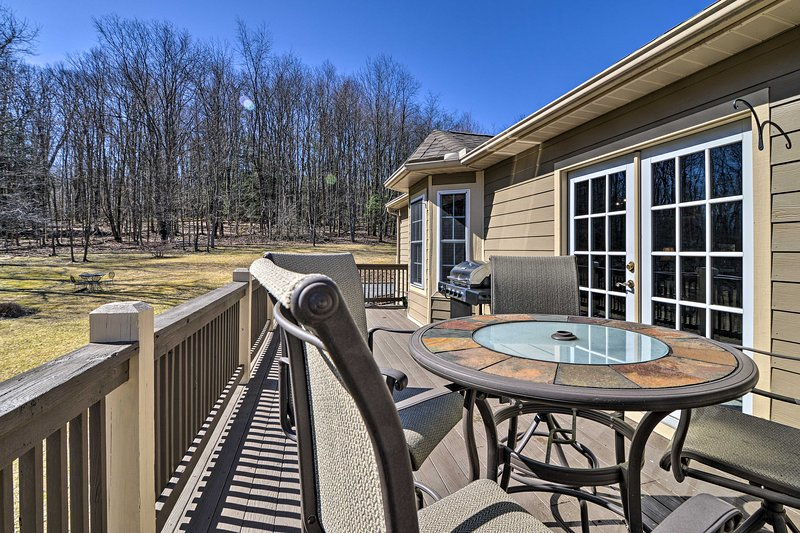 NEW! Private Family Home w/ Deck + Forest Views!, alquiler vacacional en Deer Park