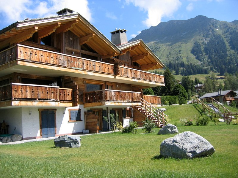 Stylish luxury apartment with stunning south-facing views, garden & balcony, location de vacances à Valais