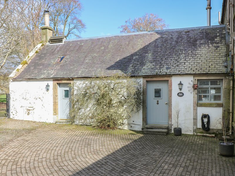 SWEETPEA COTTAGE, single-storey accommodation, woodburner, walled garden, vacation rental in South Lanarkshire
