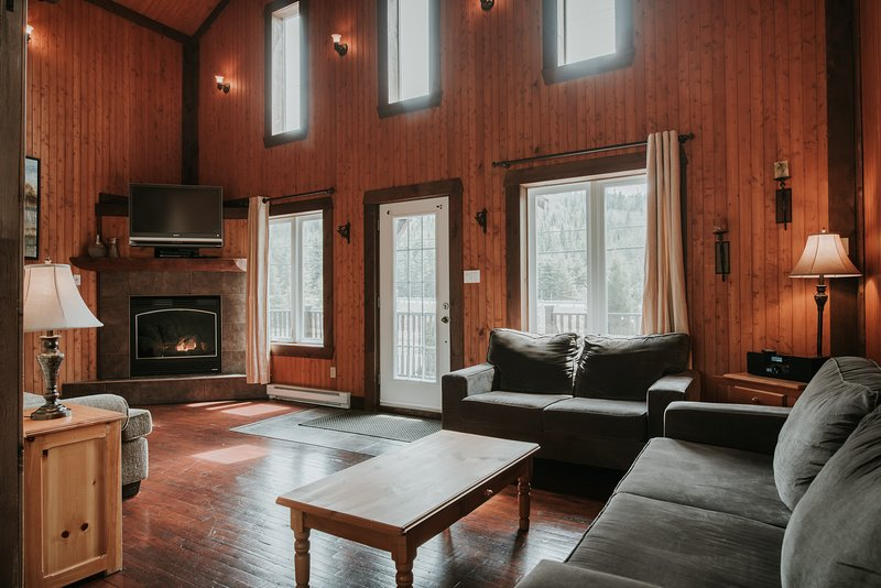 Ideal Location for Golfers and Skiers, Private Hot Tub, vacation rental in Val-des-Lacs