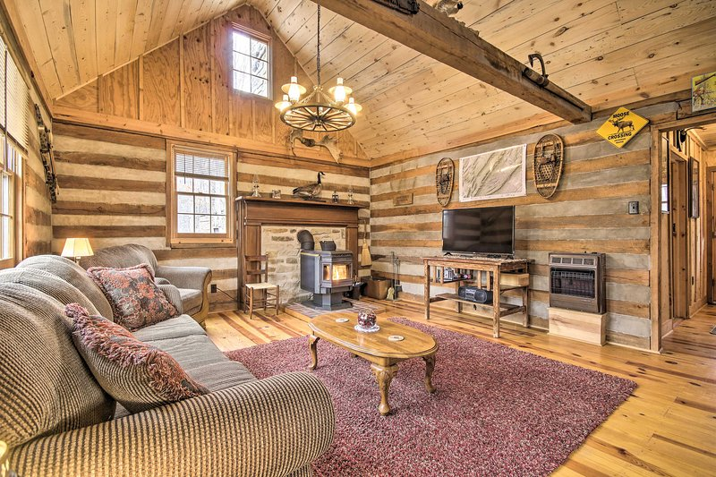 Scenic Cabin w/ Deck & Fire Pit - Near Hiking!, casa vacanza a Wardensville