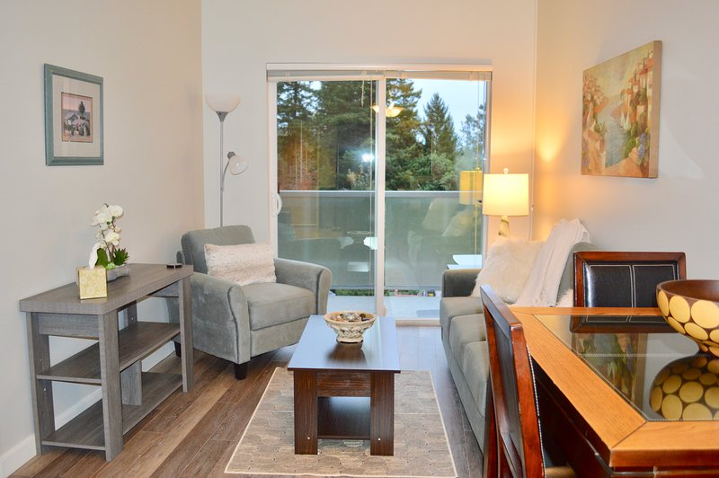 Cozy Creekside Beautifully Renovated Condo near the Beach and Walking Trails, alquiler de vacaciones en Metchosin