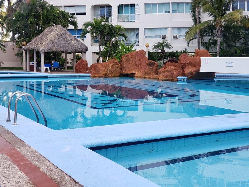 A Pie de Playa Condominio Familiar / Beach-Front Family Condo, location de vacances à Mazatlan