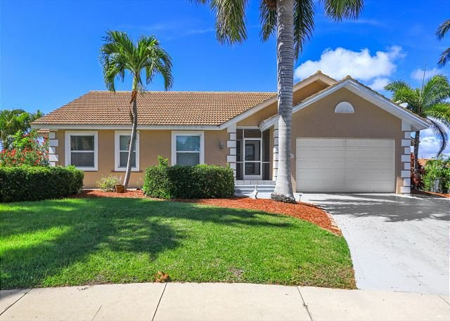 Spacious waterfront home w/ heated pool, hot tub & walk to Mackle Park, vacation rental in Marco Island