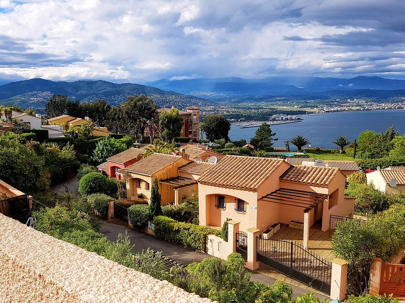 Seaview Villa in Theoule with gorgeous view of Cannes Bay, casa vacanza a Théoule sur Mer