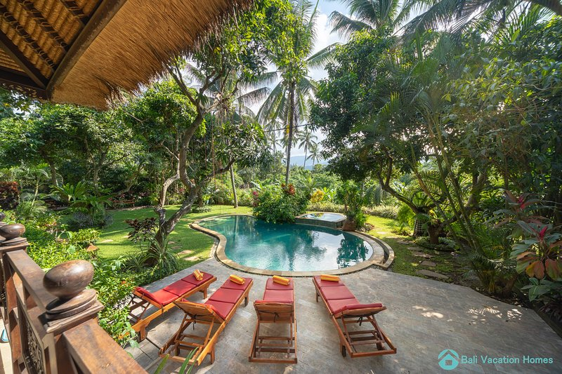 Wonderful luxury hideaway surrounded by nature near Lovina, holiday rental in Pupuan