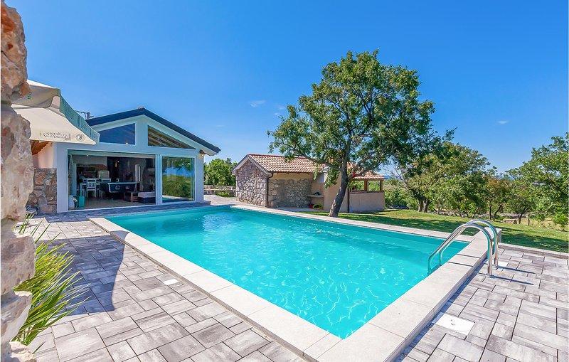 Stunning home in Smrika with WiFi and 2 Bedrooms (CKC834), aluguéis de temporada em Smrika