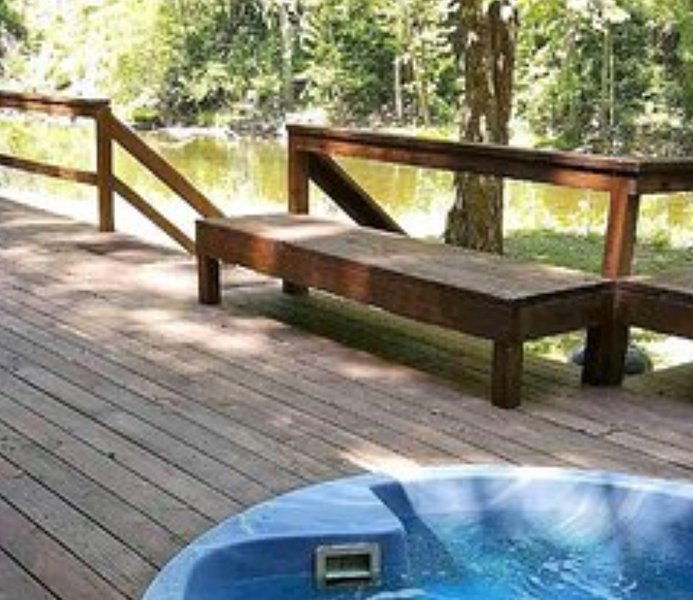 WE'RE OPEN !  ESCAPE from EVERYONE ! PLAY in the river. LOUNGE in the hot tub., vacation rental in Elkins