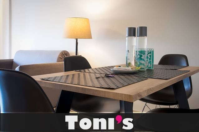 Toni's - Aunt May's home 15sec to Metro, holiday rental in Tavros