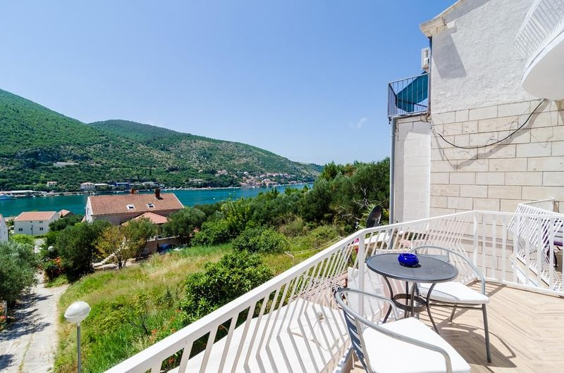 Apartments Peco - Four Bedroom Apartment with Balcony and Sea View, vacation rental in Gornje Obuljeno