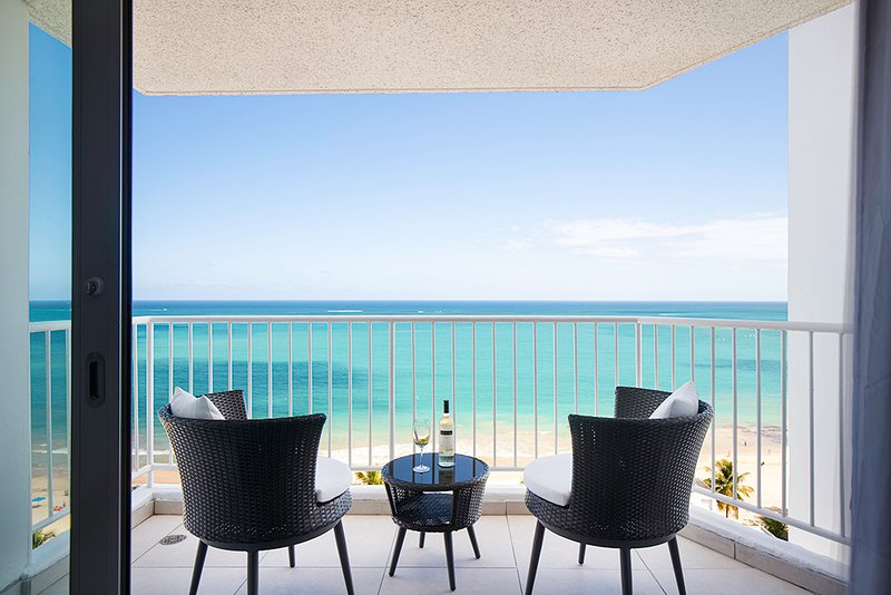 Isla Verde - Beachfront Apartment - Ocean View!, location de vacances à Isla Verde