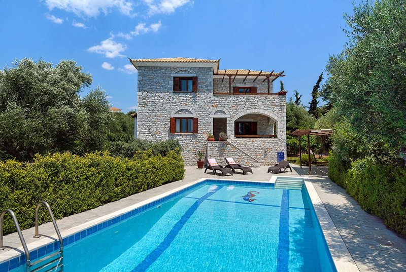Villa w/ bbq + pool, close to village + castle, holiday rental in Tapia