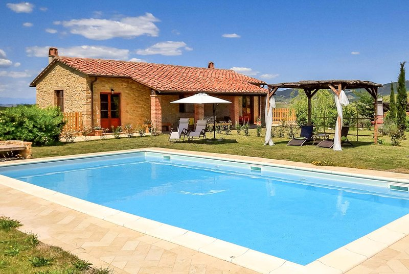 Rural 4 bedroom villa w/ large terrace, pool + BBQ, holiday rental in Volterra