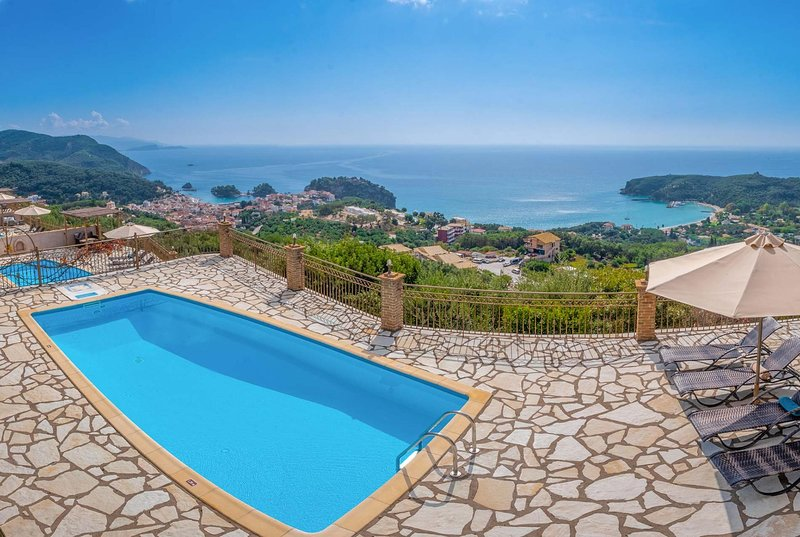 Fabulous sea views w/ pool & BBQ., holiday rental in Margariti