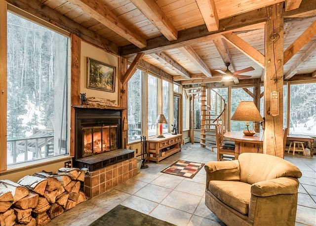 New Listing! Spalding Chalet: Serene Haven w/ Creek Access, Close to Ski Lift – semesterbostad i Taos Ski Valley
