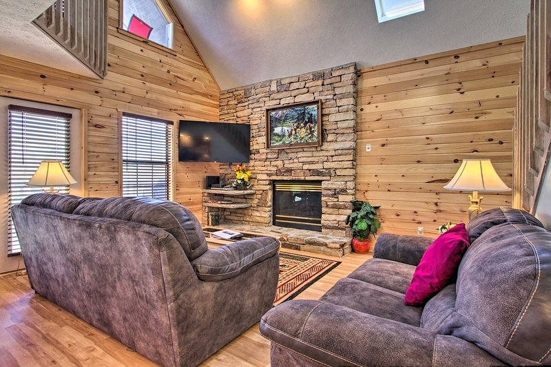 Ideally Located Home w/ Hot Tub in Pigeon Forge!, holiday rental in Pigeon Forge