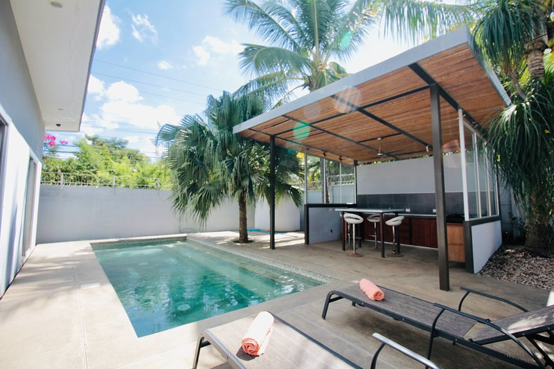 Bright & Modern Bungalow w/Pool Short Walk to Beach, vacation rental in Tamarindo