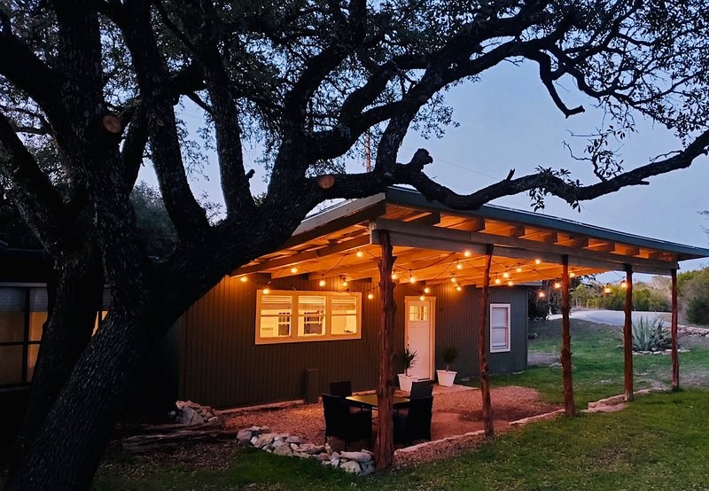 Glen Rose TX. Near Fossil Rim. 180 degree views. Fire pit., vacation rental in Glen Rose