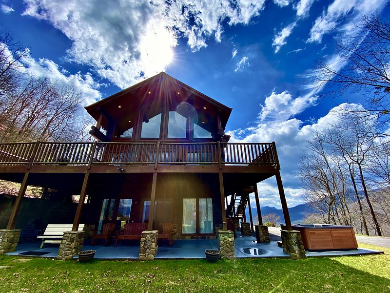 Secluded Luxury with Panoramic Mountain and Lake Views, Hot Tub, Fire-Pit, WIFI, alquiler de vacaciones en Nantahala Township