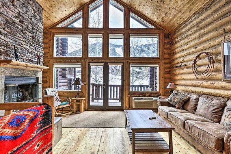 Jackson Condo w/ Fireplace < Half Mi to Snow King!, alquiler de vacaciones en Jackson