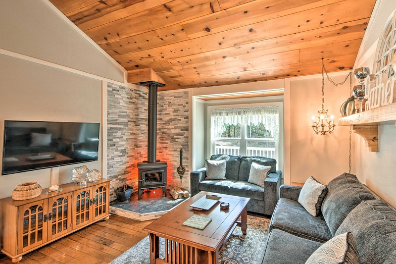 NEW! Hidden Murphy Cottage w/Hot Tub, Pool & Grill, holiday rental in Culberson
