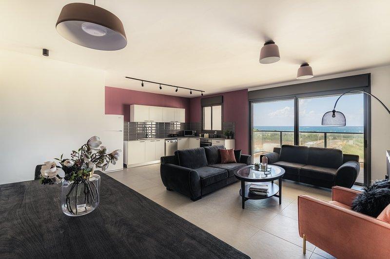 Stunning 4Bd Apt w/ Balcony, Parking & Sea Views, aluguéis de temporada em Ben Ami