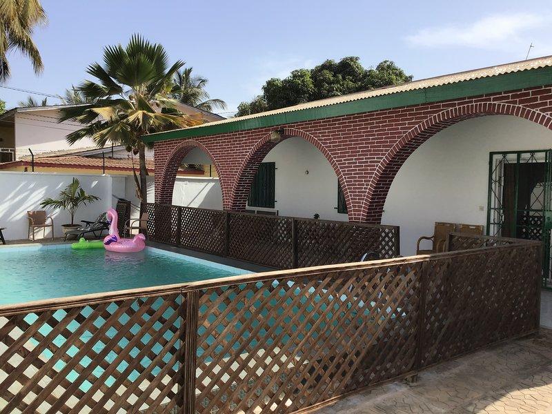 Härligt nyrenoverat Guesthouse, Fina rum, kök, en underbar pool, stor trädgård., alquiler de vacaciones en Banjul