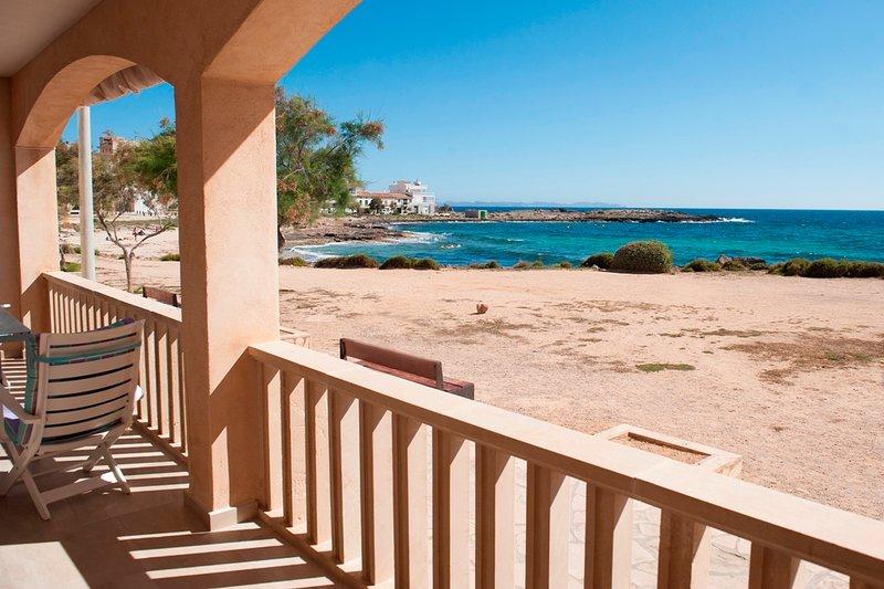 Neu renovierte und exklusive Ferienwohnung in traumhafter Lage direkt am Strand, holiday rental in Colonia de Sant Jordi