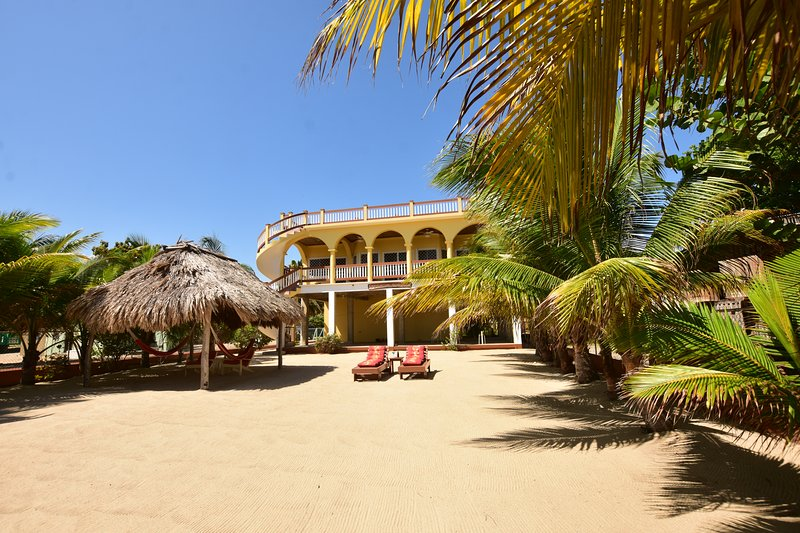 Beachfront Mellow Yellow Beach House Excellent Location,Great Beach & Best View, vacation rental in Tobacco Caye