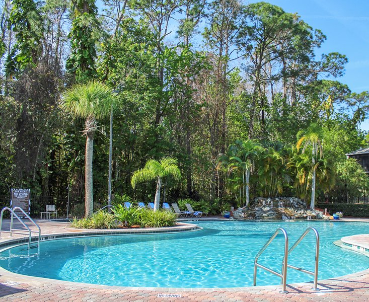 Lovely Condo Just 1 Mile From Disney w/ Resort Pool, WiFi & More, holiday rental in Orlando