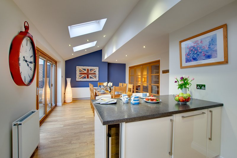 * Marram House - no.2 in Bamburgh! Central and Parking for 3 cars, vacation rental in Waren Mill