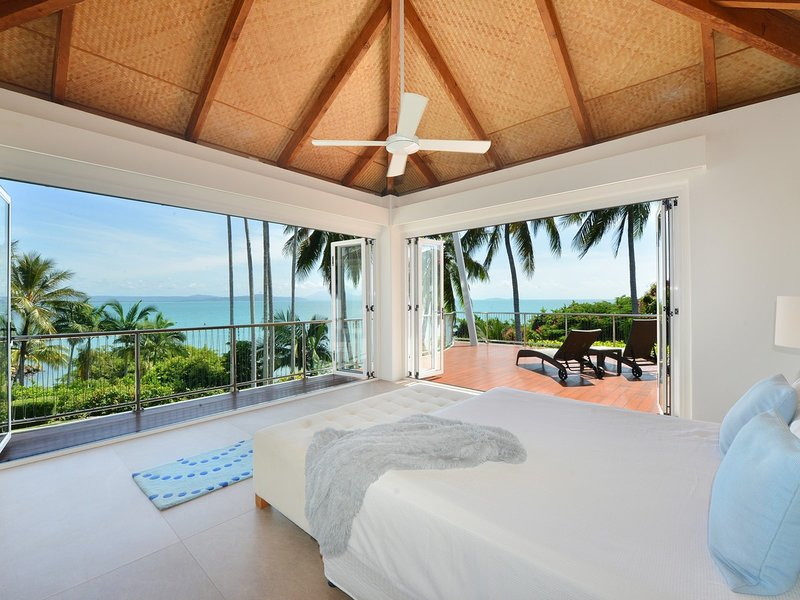 The Pinnacle - 4 Bedroom House in Town with Stunning Views, vacation rental in Port Douglas