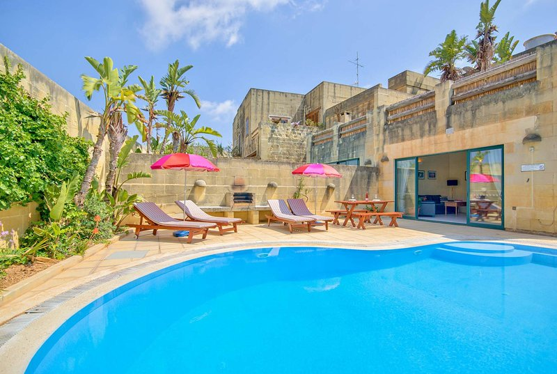 Traditional villa w/pool located close to Victoria, vacation rental in Ghasri
