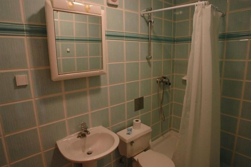 A6(4+2): bathroom with toilet