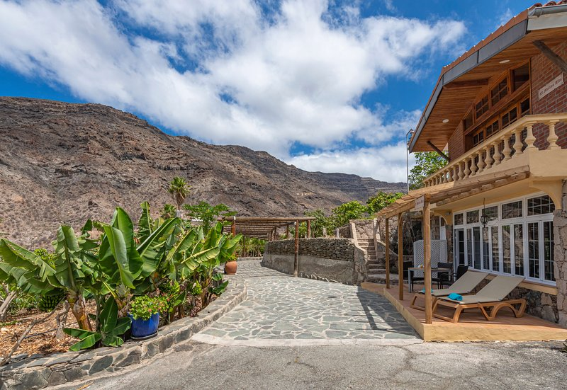 Holiday house with shared pool in Mogán, holiday rental in Las Burillas