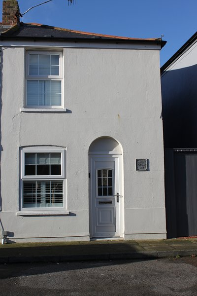 Lovely cosy 2 double bedroom Cottage, 2 minutes from the beach in Walmer, Deal., vacation rental in Great Mongeham