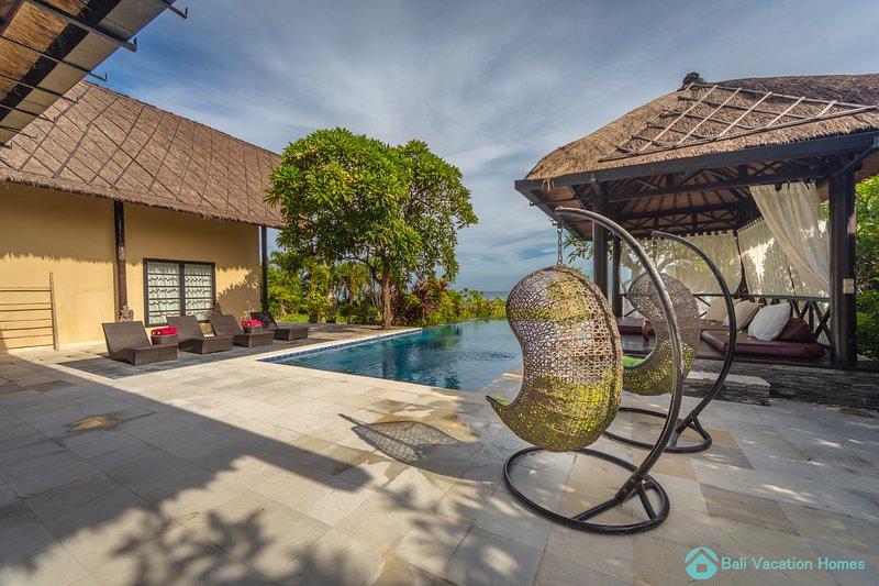 Gorgeous Beachfront Pool Villa with staff, Lovina, alquiler vacacional en Dencarik