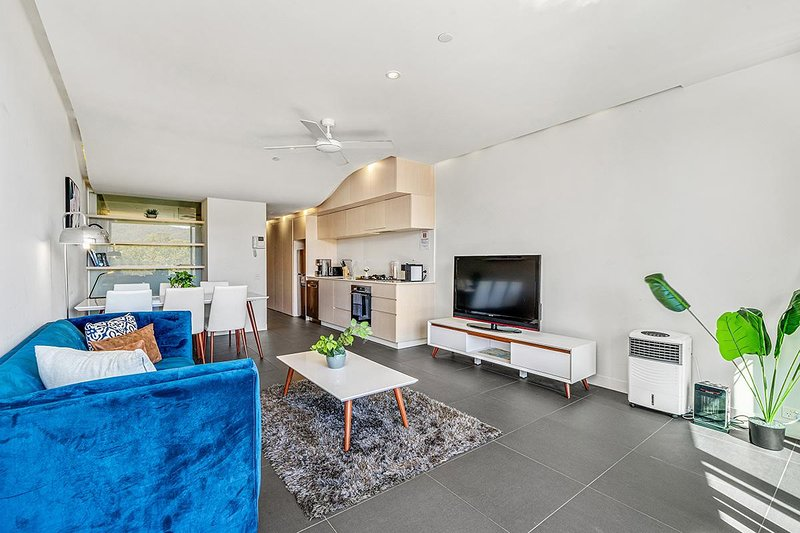 Sleek Modern Apartment in Canberra's Best Location, vacation rental in Phillip
