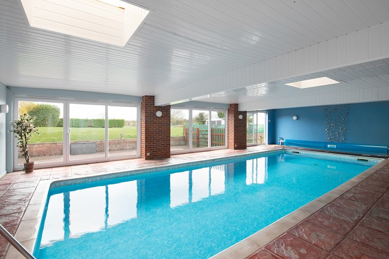 The Ling Lodges, Private Heated Indoor Swimming Pool just for you...., location de vacances à Henley in Arden