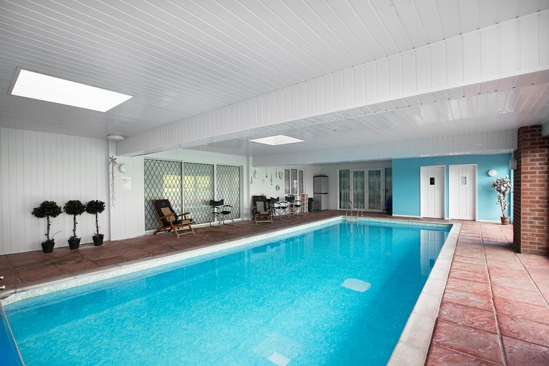 Lower Ling Lodge, Private Heated Indoor Swimming Pool just for you...., location de vacances à Henley in Arden