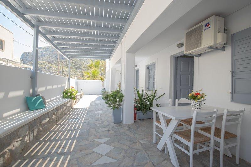 14 Studio for 1-4 a few meters away from  the beach., aluguéis de temporada em Kamari