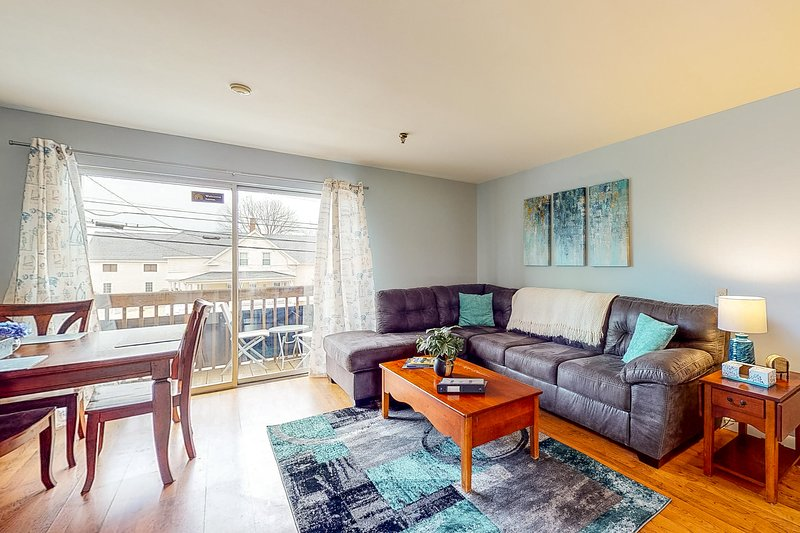 New listing! Condo w/ a full kitchen, balcony, and shared pool & grilling area, alquiler de vacaciones en Gilford