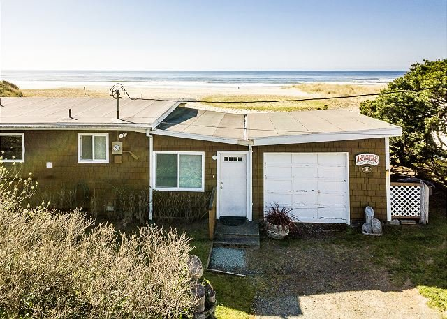SEA MIST~Quite beach front cottage with amazing ocean front views!!, vacation rental in Rockaway Beach