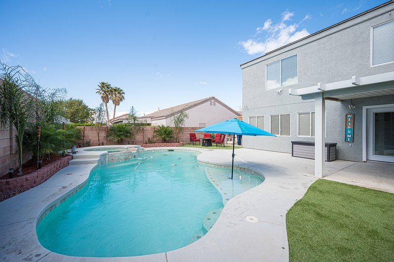 Luxury Pool Home! Only 20 Minutes from the Las Vegas Strip! Licensed and Legal!, location de vacances à Henderson