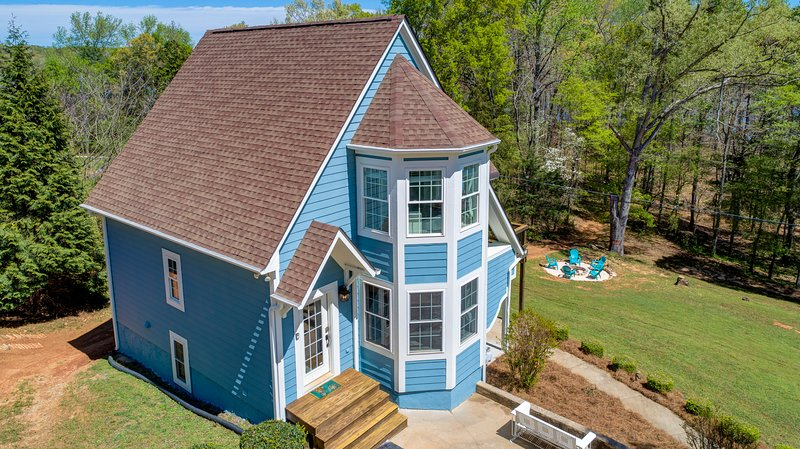 Waterfront Home sleeps 15 / Beach / Dock / Game Room / Golf Cart, vacation rental in Hartwell