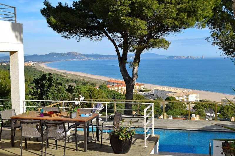 Villa with infinite sea views 800 mts to the beach, Wifi, A/C, Pool. 9 people, holiday rental in Platja de Sa Riera