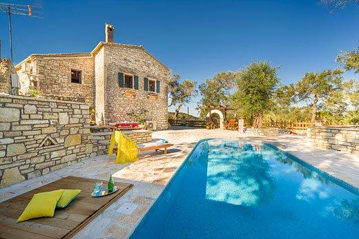 3 bed villa with views of olive trees & Ionian sea, location de vacances à Rantatika