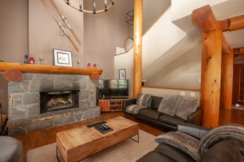 FREE ACTIVITIES - Wood & Beam Home w/ PRIVATE Hot Tub by Harmony Whistler, holiday rental in Whistler